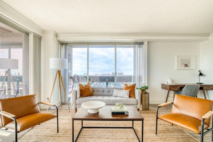 Epic downtown views in this 29th floor corner apartment by Lodgeur