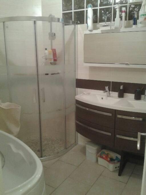 Salle de bain avec douche italienne, et meuble double vasque