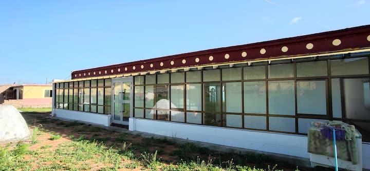 青海湖二郎剑风情客栈(301号房)两个标准单人床。