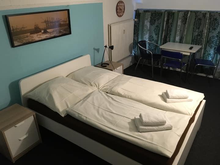 Zimmer 2 - klein aber fein - Deckenhöhe 180 cm