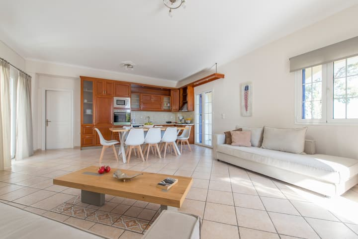Spacious house,6 pax, in the vineyards, sea view.
