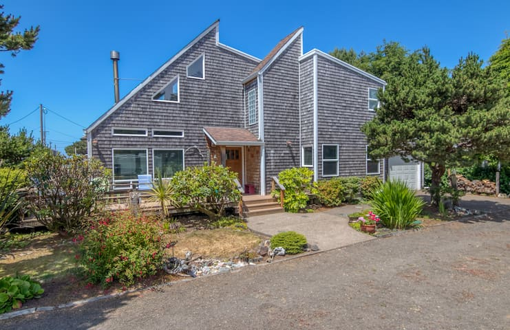 Enjoy a Stay in Neskowin at this Beautiful Family Home Near Beach Access!