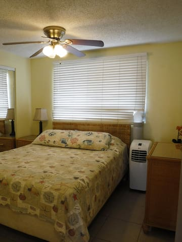 Second Bedroom - Queen size bed w AC