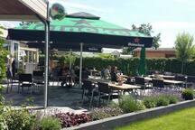 Op het park is een restaurant met gezellig buitenterras met kinderspeelgelegenheid en konijntjes