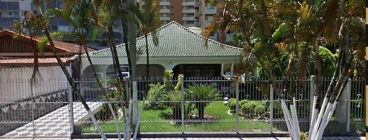 Casa grande e moderna, com piscina