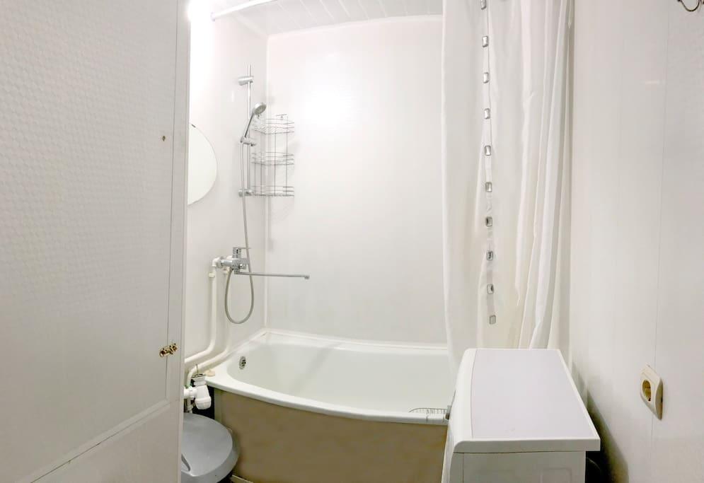 В ванной комнате имеется стиральная машина с режимом быстрой стирки.