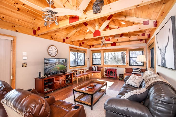 Charming Mountain Cottage, Views, King Master Suite, Pet Friendly, Slopes Nearby