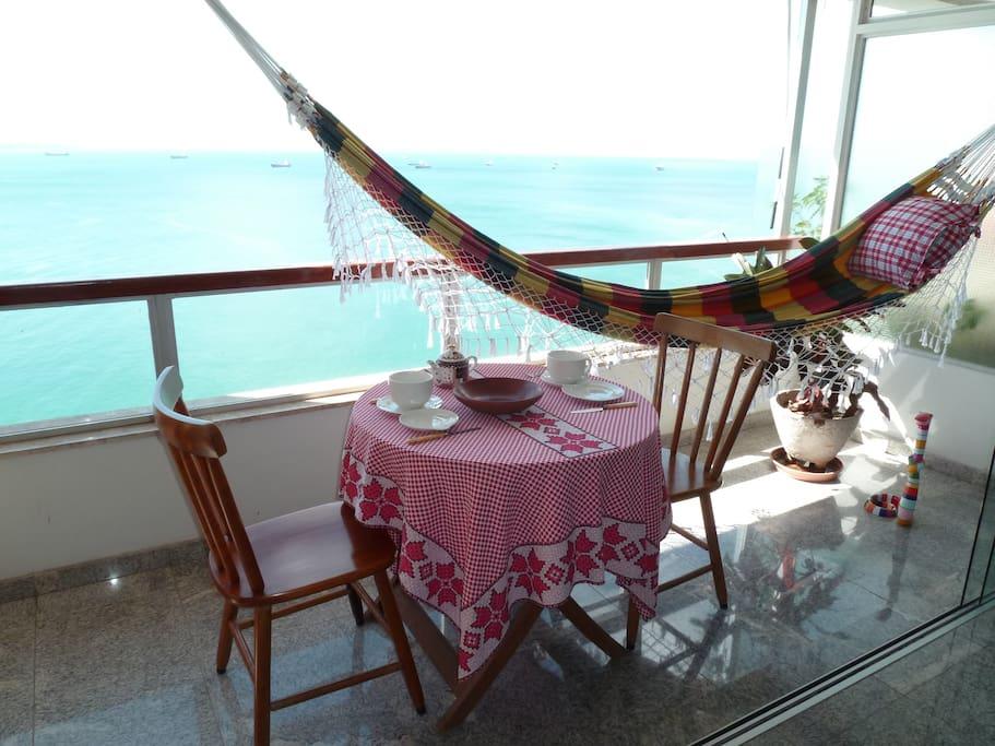 Terrasse avec hamac et petite table pour manger .