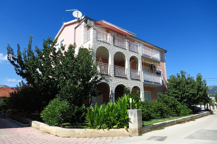 Apartmani Tino  near airport - Kaštel Novi - อพาร์ทเมนท์