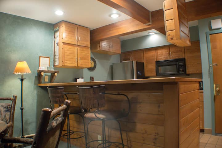 Cozy 1 bedroom, Easy Shuttle or Walk to the Base, Great Views from Hot Tub!