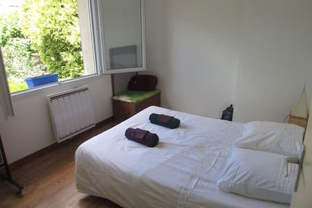 Chambre dans une maison individuelle + petit dej - Bordeaux