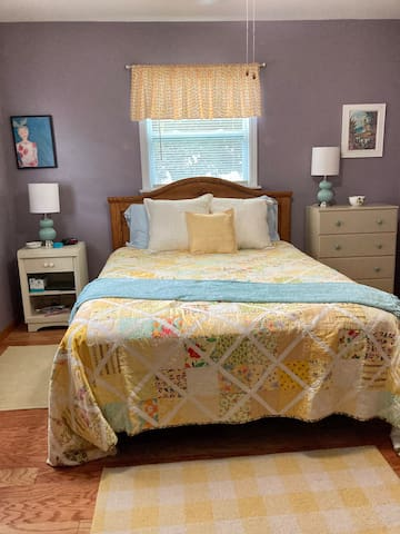 Queen size bed, super soft linens. Extra blankets pillows and linens provided.