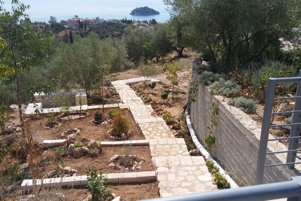 View between the gardens of the upper and lower level.This nice walking around the garden offers an amazing sea views.