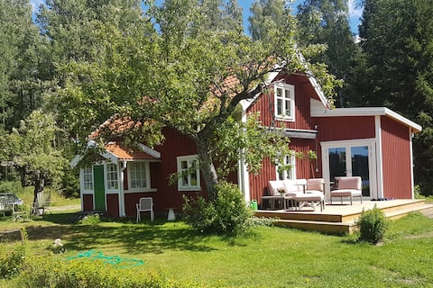 Genuine Swedish cottage by the lake!