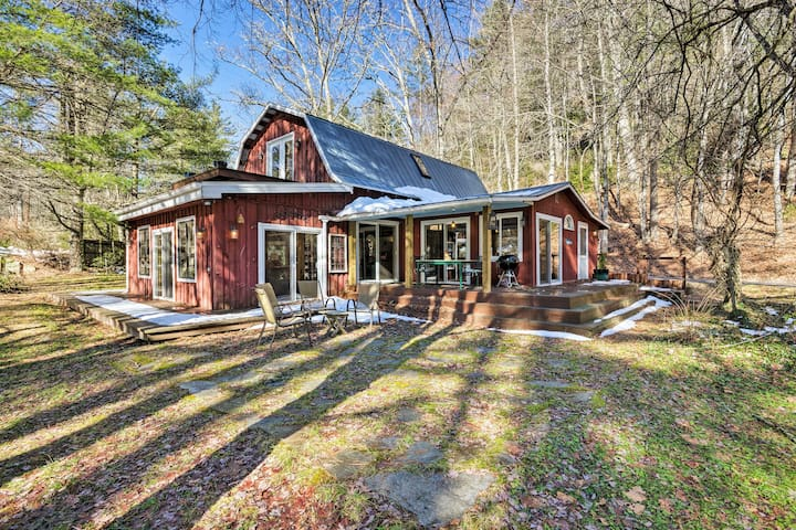'Da Barn' Cashiers Area Cottage on Private Meadow!
