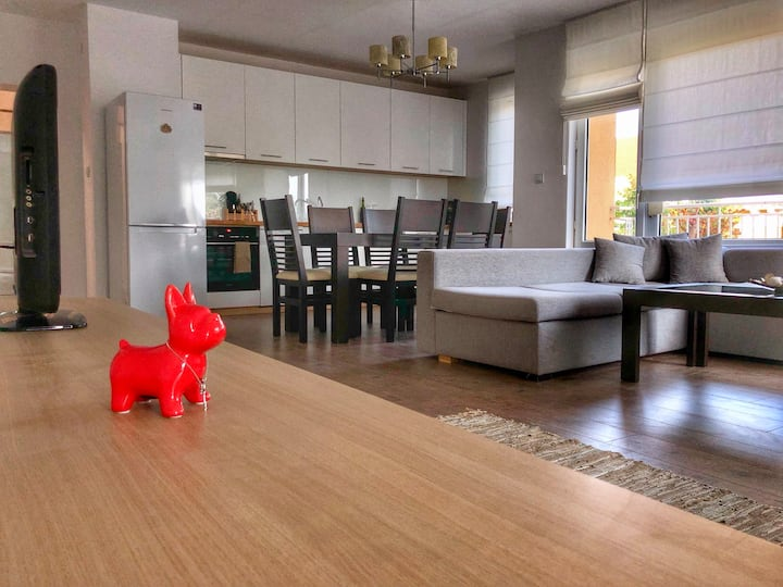 Stylish Seaview RED BULLDOG Apartment
