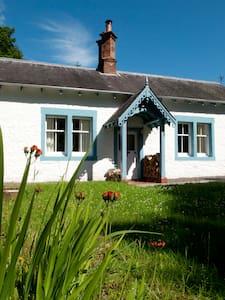 Kennel Cottage, Springkell