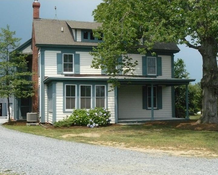 8 person Farmhouse with breakfast included!