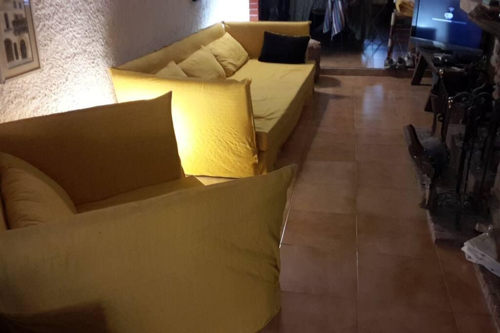 Le salon télé-cheminée avec le grand canapé 4 places qui peut aussi faire couchage d'appoint pour une personne