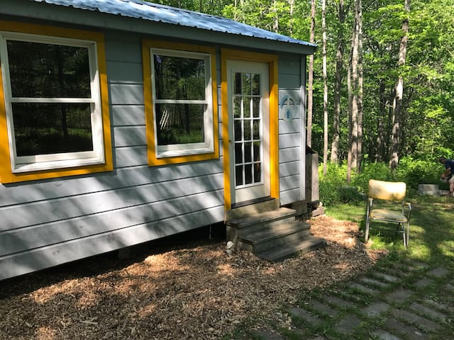 Glamping cabin in Maine woods near coast.