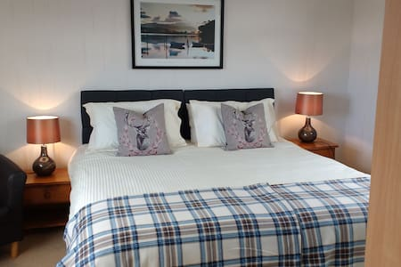 Comfortable spacious bedroom with shower room. - Monifieth