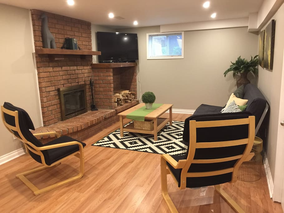 Quiet Cozy Newly Renovated Walk Out Basement Houses