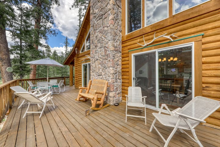 Atmospheric mountain cabin w/ balcony & firepit - three miles from Purgatory!