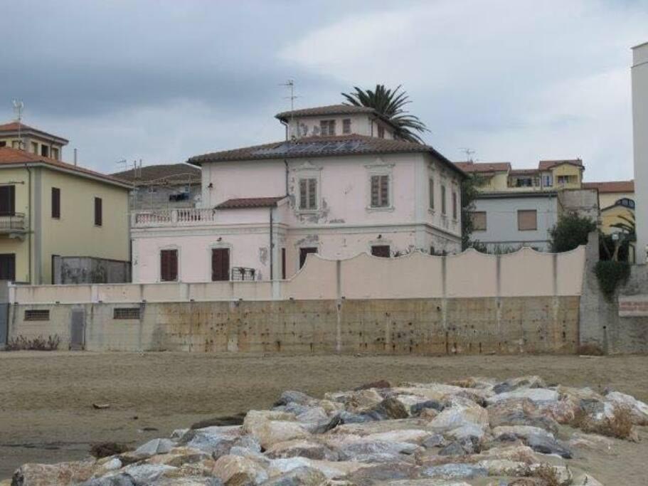 Vista della casa dalla spiaggia