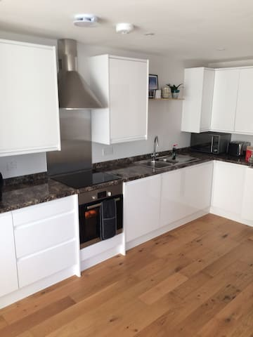 Brand new 2 bed apartment 1 minute from station!