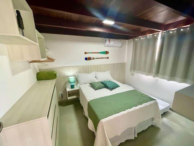 """Quarto do andar de baixo com ar Split, TV SMART 32"""", Sky, 1 cama box de casal com cama auxiliar de solteiro, cômoda, mesa de luz, espelho e cofre eletrônico"""