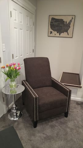 Cozy Modern Organized  One Bedroom! - New Carrollton - House