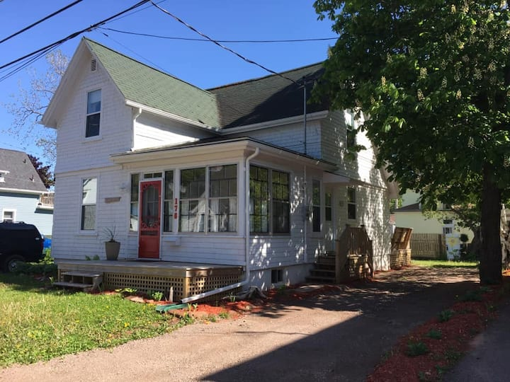 The Story House - Summerside Restored 3 Bed/2 Bath