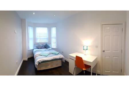 5) 8-min to Centre. Clean, Sharp and Modern Rooms! - Liverpool - Casa