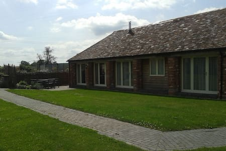 The Skylarks Cottage on a Traditional Working Farm - Ham Green, Nr Redditch