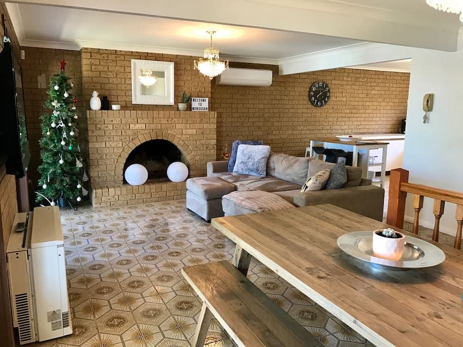 Lounge/dining room with Open fire place, gas heating, air-conditioning