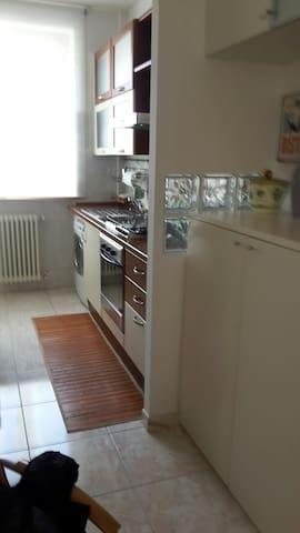 Cucina completa di  frigo  fornelli attrezzatura da cucina