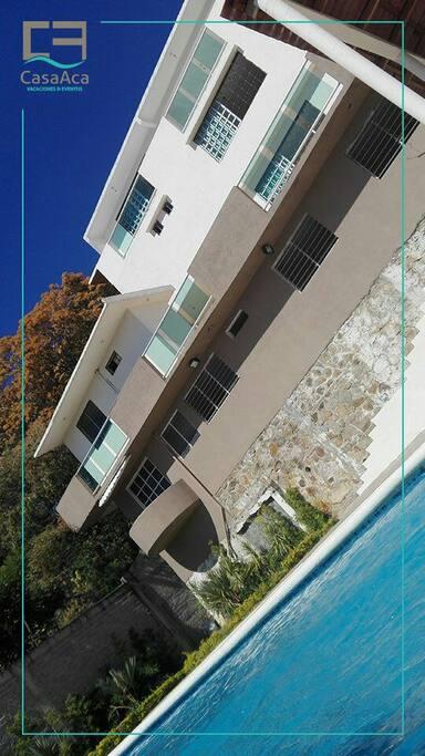 Contamos con dos terrazas y acceso al techo para una espectacular vista de la bahia