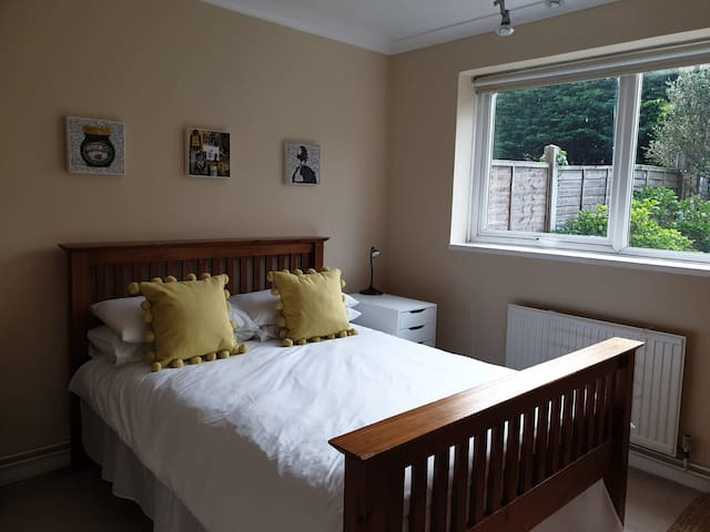 lovely Double Bedroom in Ham, with hot tub