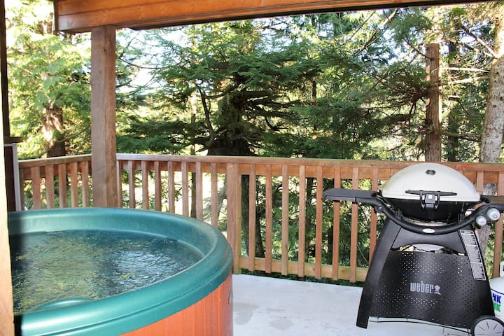 Waterfront 2 bedroom Cottage with Hot Tub!