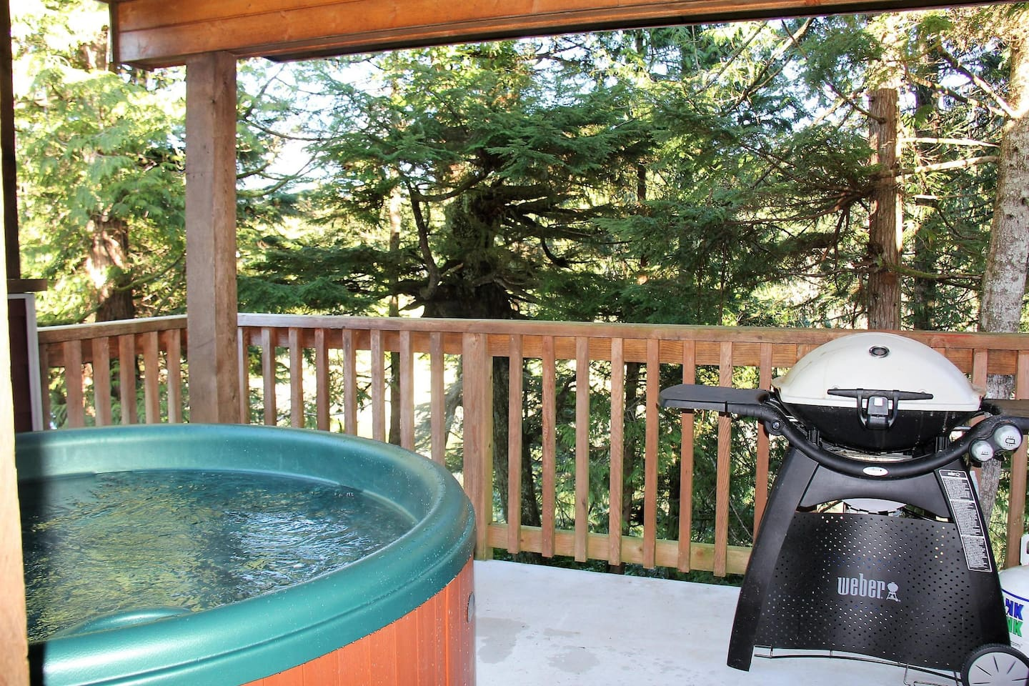 Hot Tub & BBQ on private waterfront deck