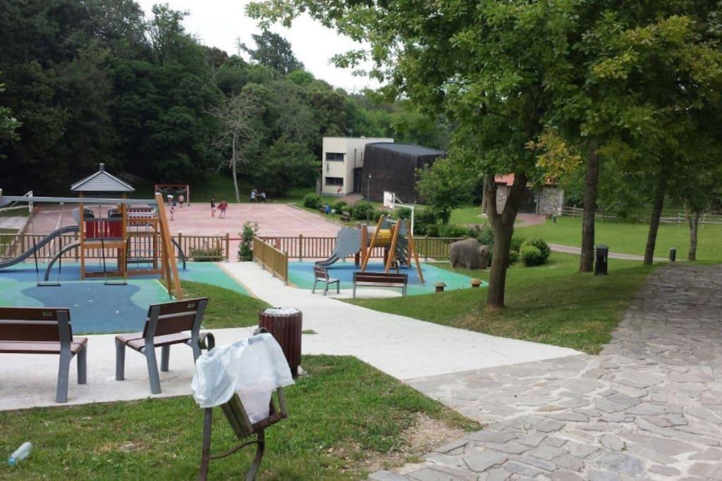 Parque infantil al lado de la casa