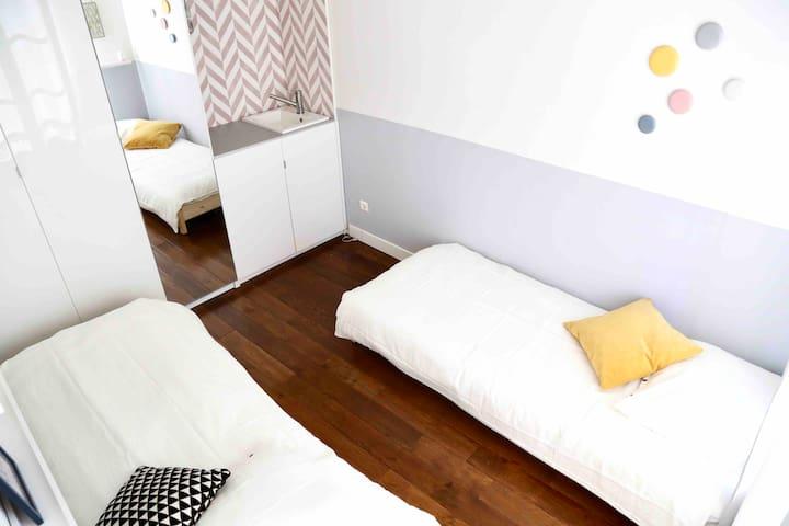 La chambre comprend 2 lits de 80cm convertible en un grand lit de 160cm. La pièce se situe a côté du salon
