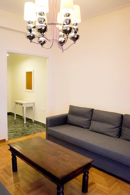 Σαλόνι με δυο καναπέδες για στιγμές χαλάρωσης ή συζήτησης. Ασύρματο internet, τηλεόραση και κλιματιστικό.