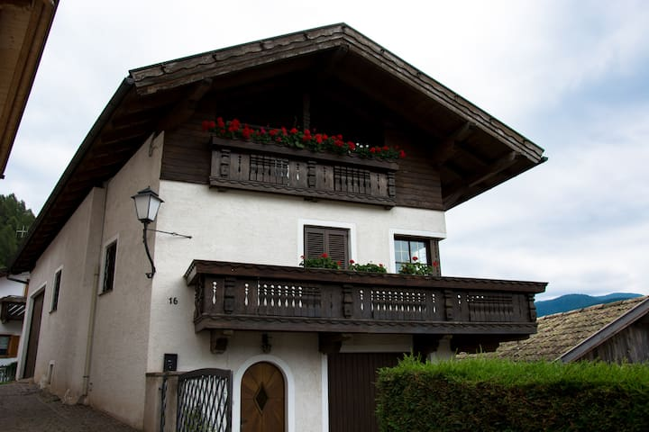 Spaciouse house with beautiful garden in Dolomiten - Guggal - Casa