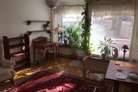 Shared room in Mörby, 15min to city center - Danderyd - 家庭式旅館