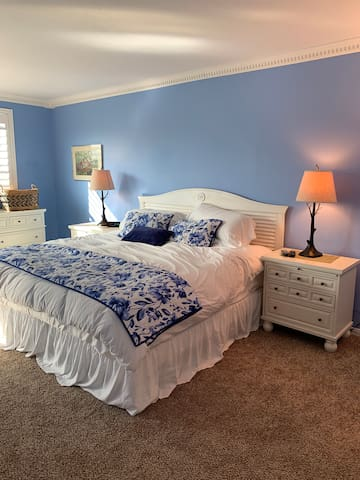 King bed, cable TV in bedroom