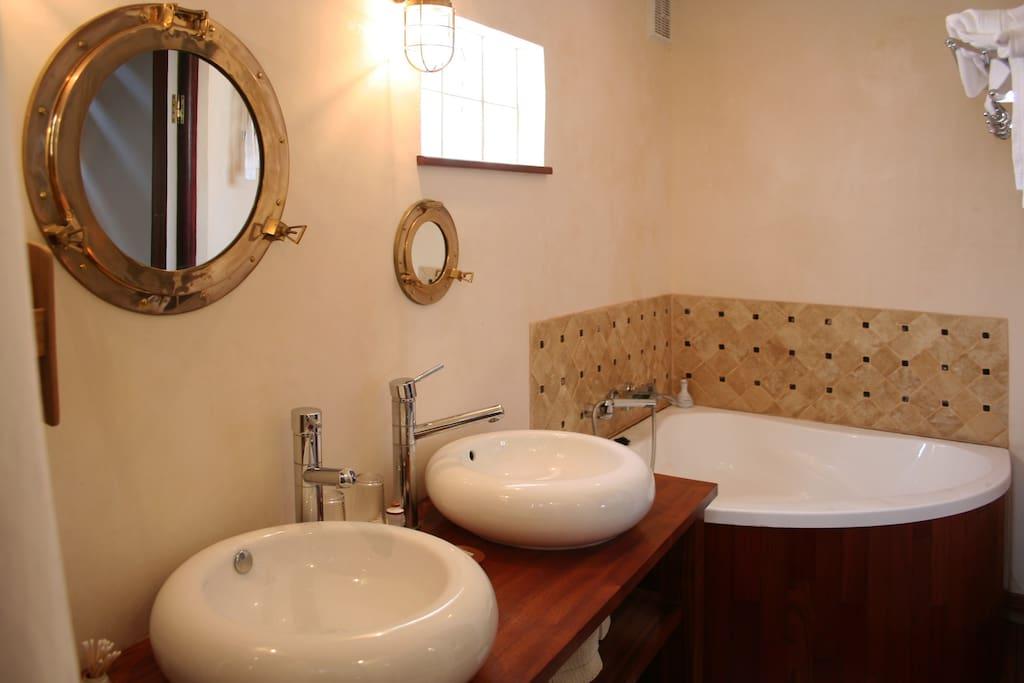 Une salle de bain avec douche et baignoire