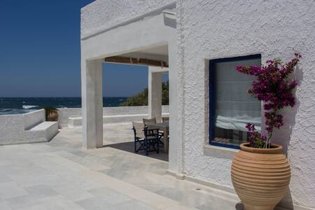 Villa Akrotiri – A Star watcher on the beach