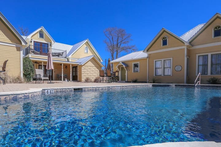Victorian Mansion Suite Elizabeth | Sleeps 4 | In Town | Shared Hot Tub/Pool
