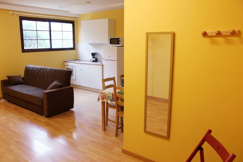 Entrada del Apartamento nº 3, sin barreras, dispone de hall, baño, cocina y dormitorio  totalmente independiente, todas las estancias son muy luminosas y rodeadas de jardines.
